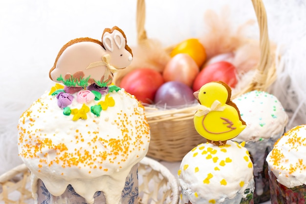 Paasvakantie. gekleurde eieren in een mand. pasen peperkoek kip en konijn op de sandwich. op een lichte achtergrond.