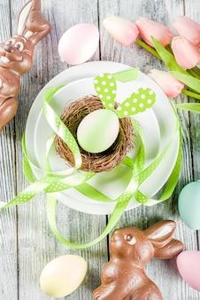 Paasvakantie tabel instelling met konijnen en eieren
