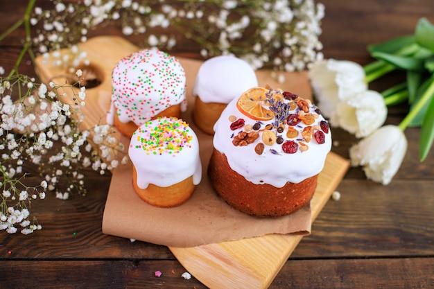 Paasvakantie traktatie cake en kleurrijke eieren christelijke feesttafel instelling
