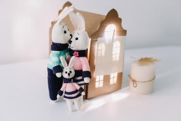 Paasvakantieconcept met een leuke familie van handgemaakte gebreide konijntjeskonijnen