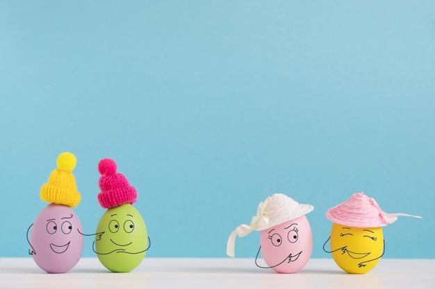 Paasvakantieconcept met schattige eieren met grappige gezichten. verschillende emoties en gevoelens. jongens willen meisjes ontmoeten.