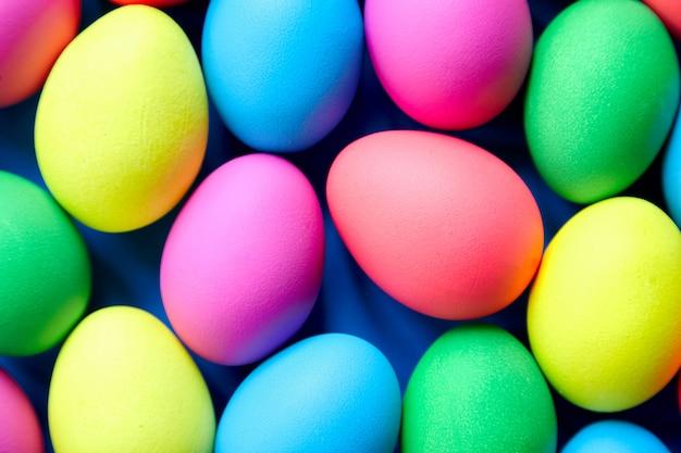 Paaszondag of paasdag. verfraaide paaseieren kleurrijke achtergrond. beschilderde kippeneieren, bovenaanzicht
