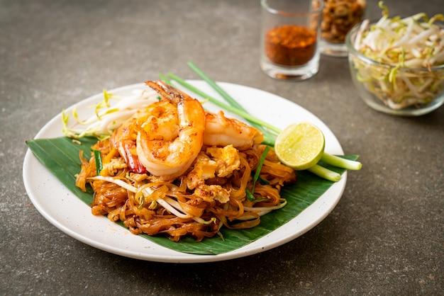 Pad thai - gewokte rijstnoedels met garnalen - thais eten