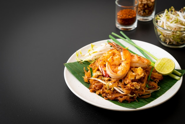 Pad thai. gewokte rijstnoedels met garnalen. thaise eetstijl