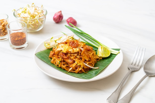 Pad thai - gewokte rijstnoedels met gedroogde zoute garnalen en tofu