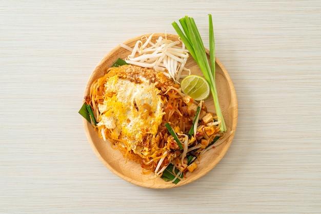 Pad thai - roergebakken noedels in thaise stijl met ei - asian food style