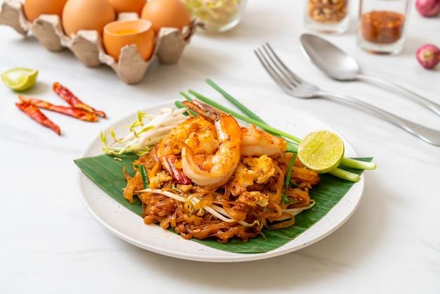 Pad thai, roergebakken rijstnoedels met garnalen, thais eten