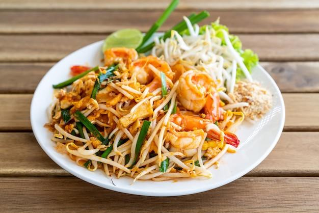 Pad thai roergebakken rijstnoedels met garnalen