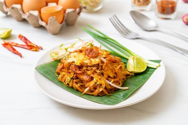 Pad thai - roergebakken rijstnoedels met gedroogde zoute garnalen en tofu