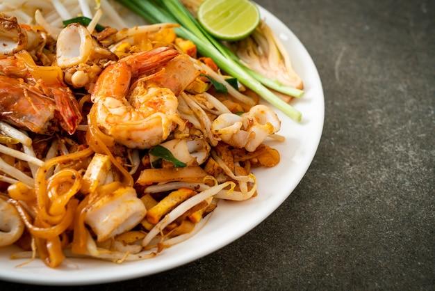 Pad thai seafood - roergebakken noedels met garnalen, inktvis of octopus en tofu in thaise stijl