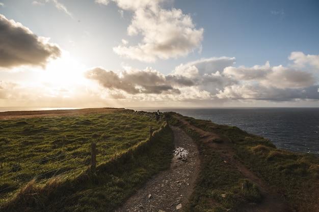 Pad van cliffs of moher met cloudscape