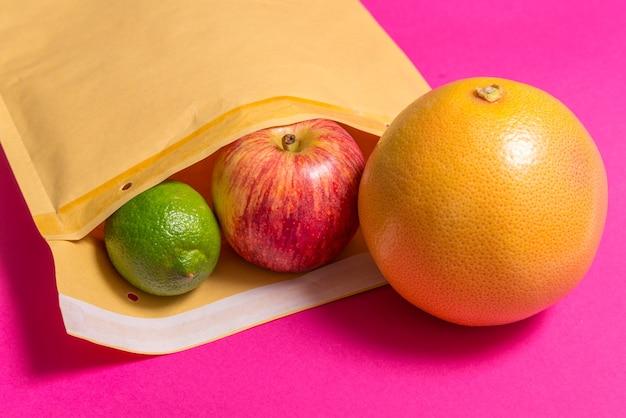 Padde-envelop en fruit, verzendconcept