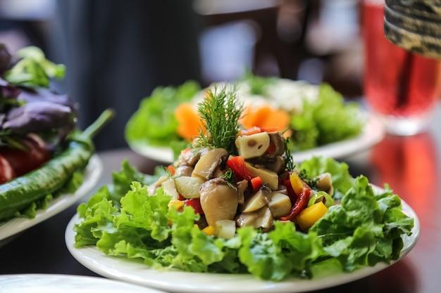 Paddestoel salade sla dille komkommer paprika zijaanzicht