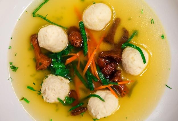 Paddestoelenbouillon met groenten en kippenbollen