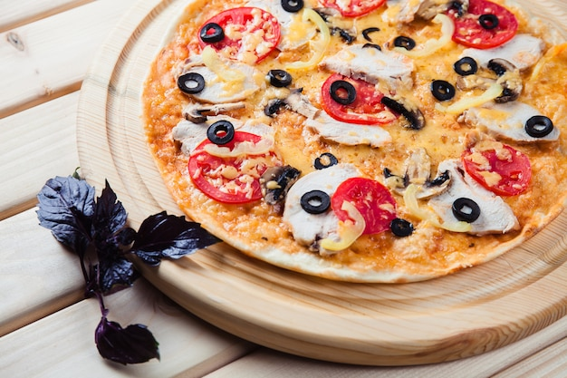 Paddestoelpizza op de houten lijst