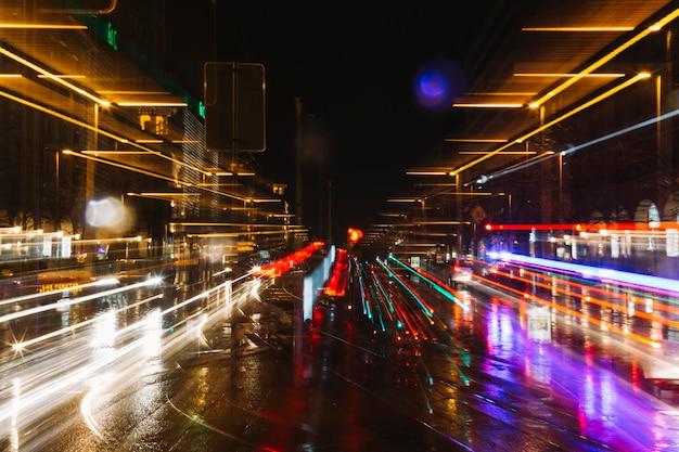 Paden van autolichten op straat