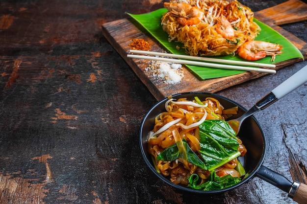 Padthai-noedels met garnalen en groenten