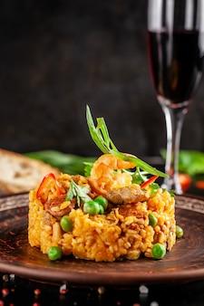Paella met zeevruchten en garnalen.