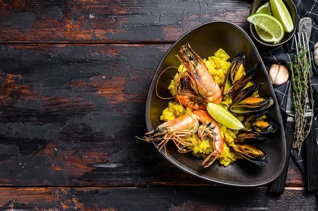 Paella met zeevruchtengarnalen, garnalen, mosselen