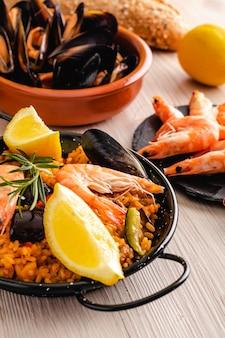 Paella traditionele spaanse gerechten, geserveerd op tapaplaat