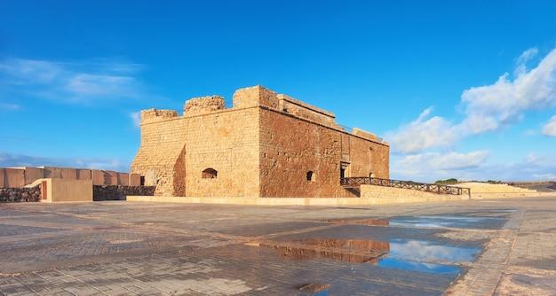 Pafos harbour castle in pathos-stad op cyprus, panoramisch beeld