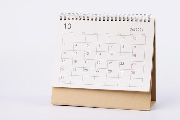 Pagina met data van oktober is open op bureaukalender close-up