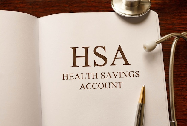 Pagina met hsa health savings account op tafel met stethoscoop