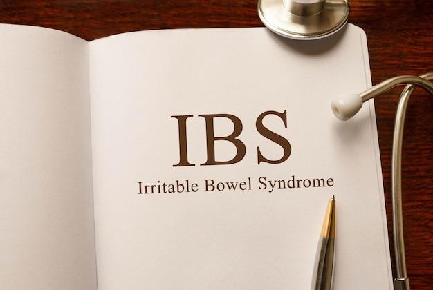 Pagina met ibs prikkelbare-darmsyndroom op tafel met een stethoscoop