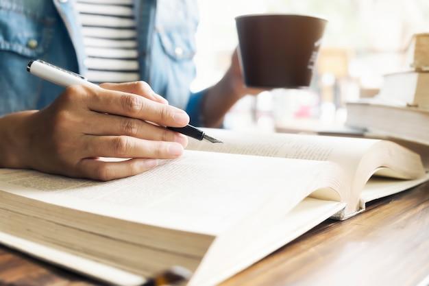 Pagina's editor hand geopende meisje tafel