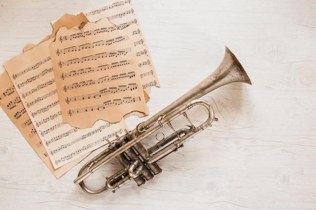 Pagina's van bladmuziek dichtbij trompet
