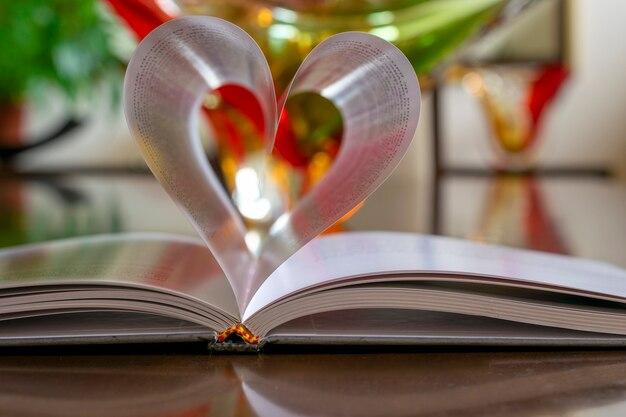 Pagina's van hartvormig boek met onscherpe achtergrond. selectieve aandacht.