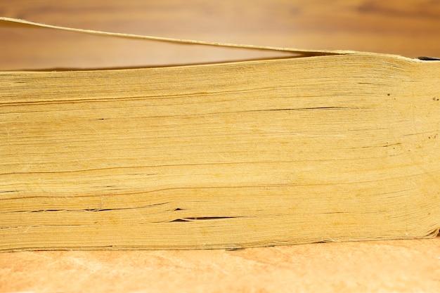Pagina's van oude, vintage, boek stapel, close-up vooraanzicht met onscherpe achtergrond