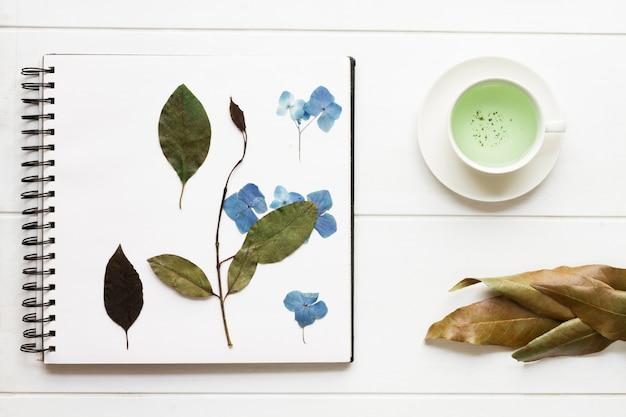 Pagina van kladblok bedekt met droge bloemen