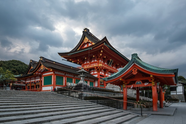 Pagode bij de ingang van fushimi inari shrine, een shinto-schrijn