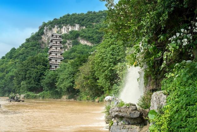 Pagode en waterval bij de rivier, liuzhou, china.