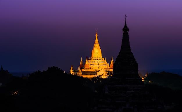 Pagode van ananda-tempel bij dageraad in bagan, myanmar