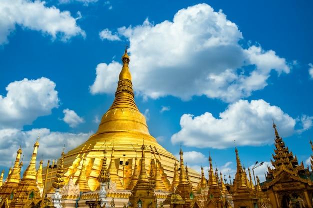 Pagodeaantrekkelijkheid in yagon city met blauwe hemelachtergrond