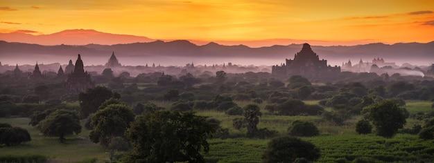 Pagodelandschap onder een warme zonsondergang bij schemering in de vlakte van bagan, myanmar.
