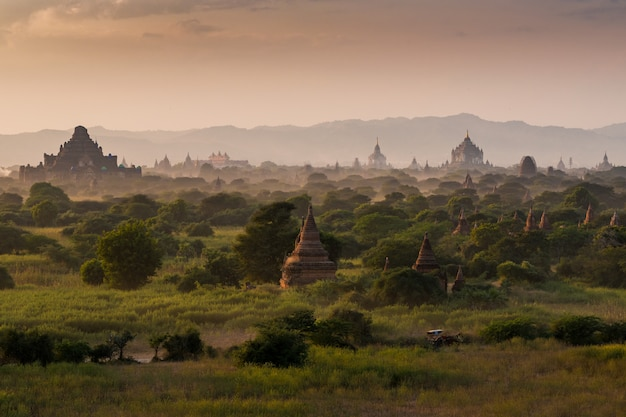 Pagodelandschap onder een warme zonsondergang in de vlakte van bagan, myanmar (birma)