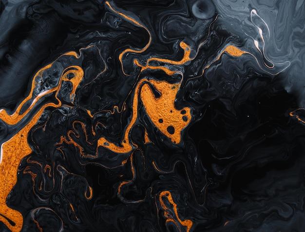 Painter gebruikt levendige verven om deze magische kunst te maken, met als toevoeging gouden glitters, lijnen.