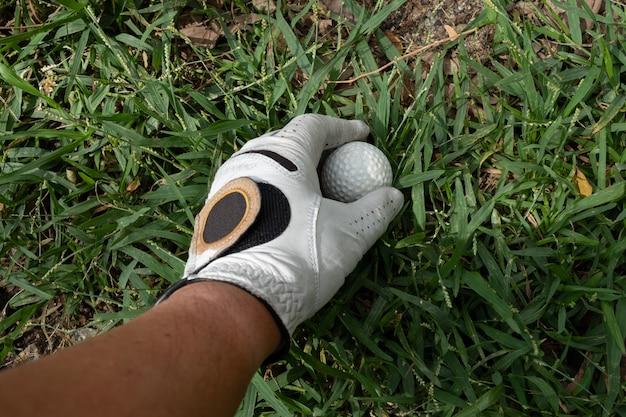 Pak een golfbal op gras