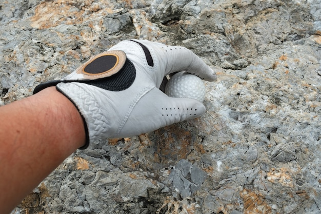 Pak een golfbal op rots