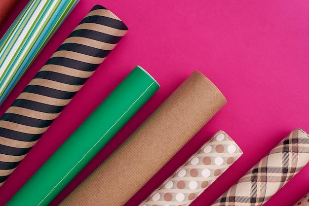 Pak je cadeaus in met veelkleurige inpakpapierrollen van verschillend inpakpapier