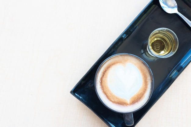 Pak verse koffie en thee op onderzetters