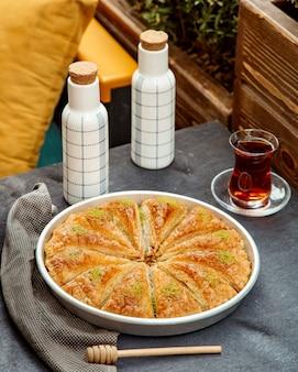 Pakhlava en zwarte thee geserveerd in armudu-glas