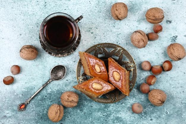 Pakhlava met noten en een glas thee.