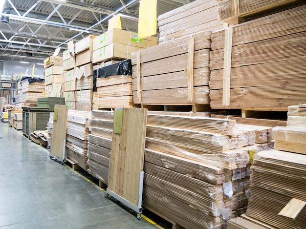 Pakhuis van bouwmaterialen in industiral opslag