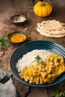 Pakistaans eten en pita hoge hoek