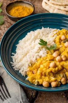 Pakistaans eten en pitabroodje met hoge hoek