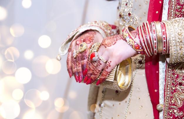 Pakistaanse indiase bruiden handen tonen ringen en sieraden met tas